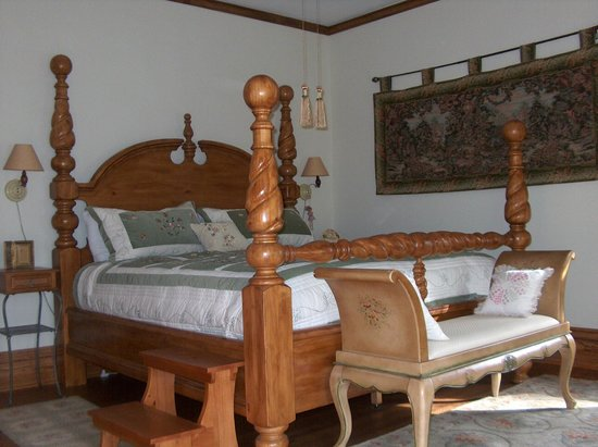 Casa Magnolia Bed & Breakfast: Bedroom with King Size bed, overlooks Tower Grove Park (private bathroom outside the room)