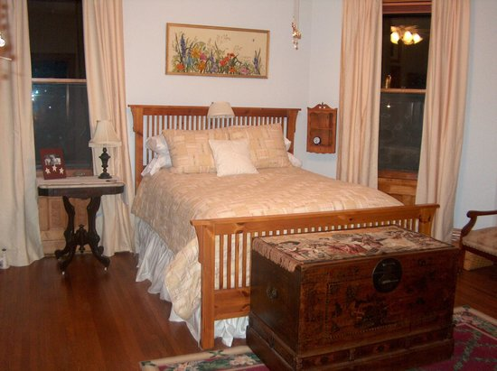 Casa Magnolia Bed & Breakfast: Bedroom with Queen size bed, overlooks swimming pool,back patio and Tower Grove Park