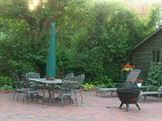 Casa Magnolia Bed & Breakfast: Back patio and fire pit