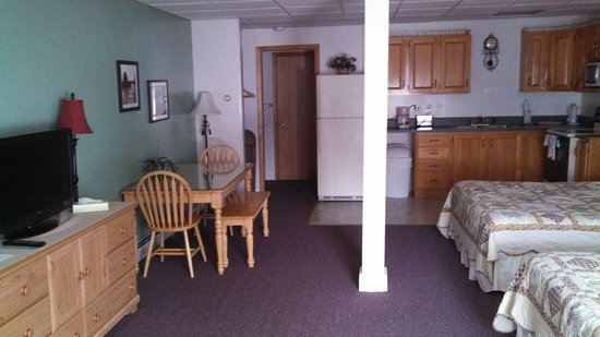 Bishops Country Inn Motel : Suite with full kitchen and jetted bathtub
