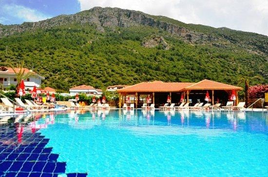 Montebello Resort: pool and pool bar