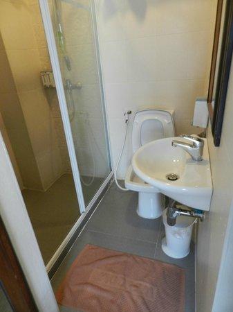Check Inn Chinatown: Salle de bain