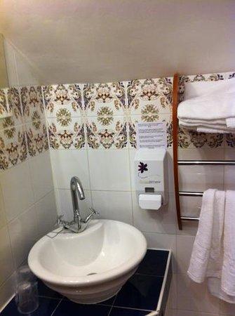 Hotel Les Grands Chenes: salle d'eau de la 6