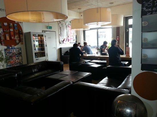 Five Elements Hostel Frankfurt: living room- dining room