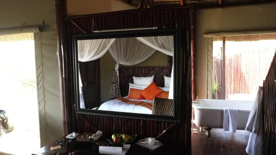 Zwahili Private Game Lodge & Spa: Lodge tent inside