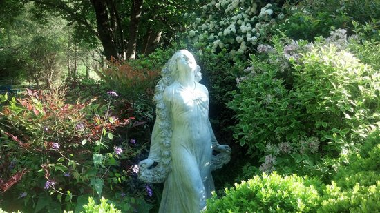 Sobotta Manor Bed & Breakfast: Garden Statues