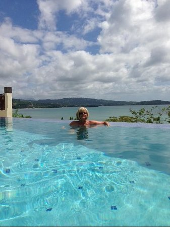 Calabash Cove Resort and Spa: Infinity Pool....Wow