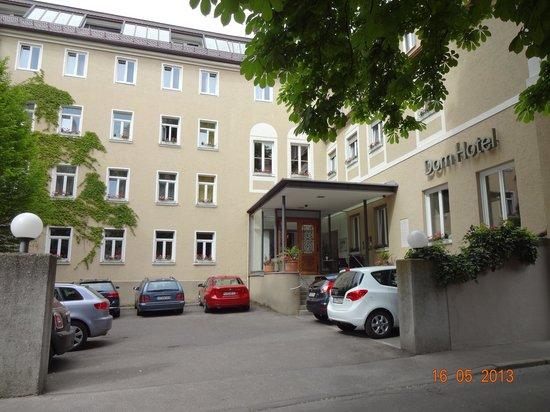 Dom Hotel: Entrada do hotel com estacionamento
