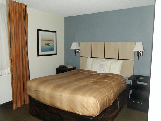 Candlewood Suites Parsippany - Morris Plains: Bedroom of two-room suite