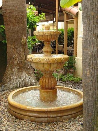 Radisson Hotel San Diego - Rancho Bernardo: Gurgling fountain,