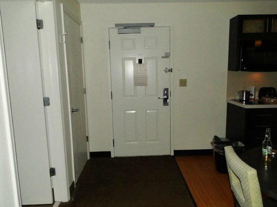 Candlewood Suites Parsippany - Morris Plains : Inside of room door with closet and bathroom on left