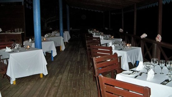 Ti Kaye Resort & Spa : beach restaurant set up for weekly seafood dinner