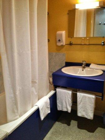 Hotel de La Tour de L'Horloge: Bathroom
