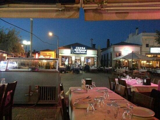 Cunda Deniz Restaurant: restaurant from its sea side tables