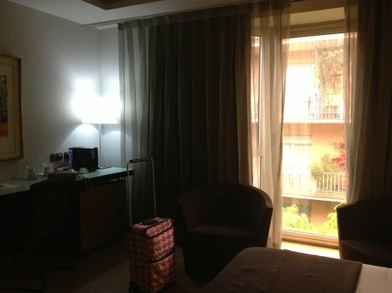 Hotel Silken Ramblas Barcelona : Shows how dark the room is