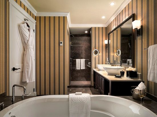Oak Bay Beach Hotel: Spa inspired bathroom