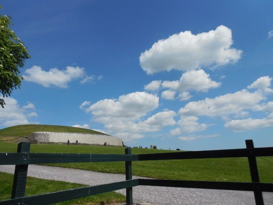Gray Line Dublin: Newgrange on a beautiful day