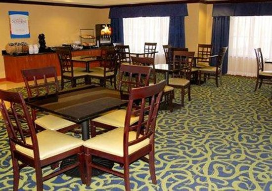 Comfort Inn-Kansas City Airport: Breakfast Seating Area
