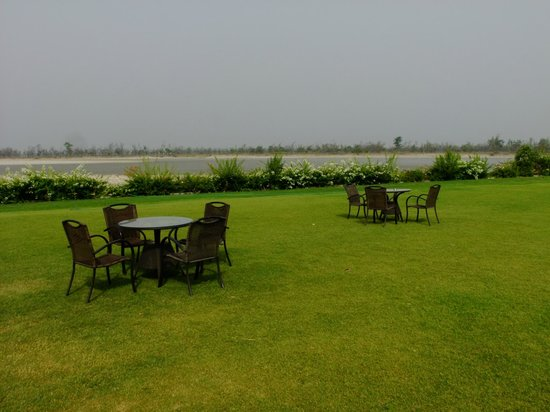 Aalia Resort: Sprawling lawn at the bank of River Ganges