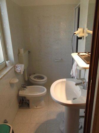 Hotel Villa Pirotta: bagno piccolo
