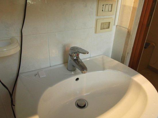 Hotel Villa Pirotta: rubinetto vecchio ed impianto non a norma