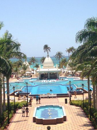 Hotel Riu Palace Aruba: View from recception of pool area