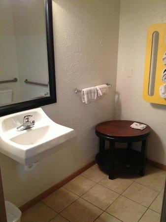 Motel 6 Oshkosh: Bathroom
