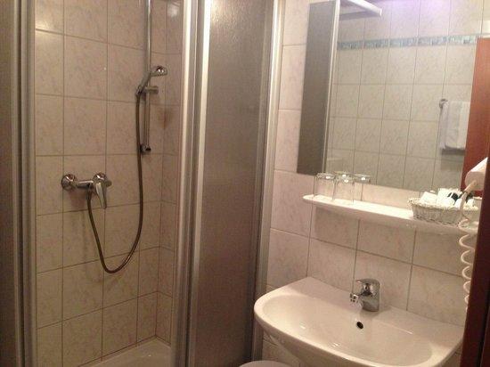 Gasthof Hotel Mayr-Stockinger: Kleines Bad, kaum Ablagefläche im 3*-Zimmer.