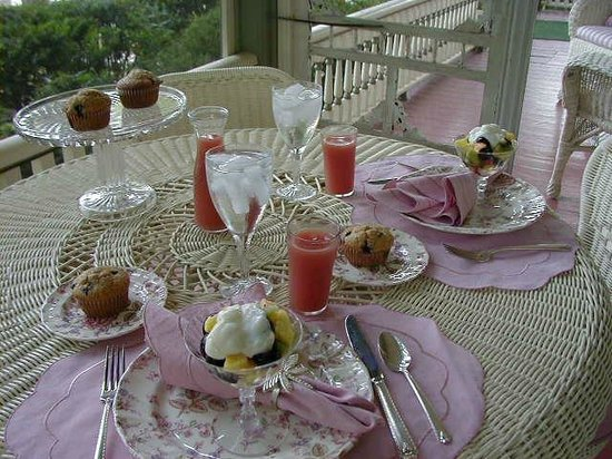 White Swan Inn Bed & Breakfast: Breakfast on the screened porch