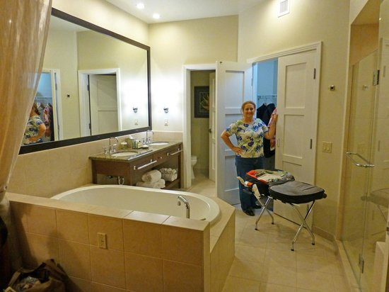 Kohala Suites by Hilton Grand Vacations: Master Bath