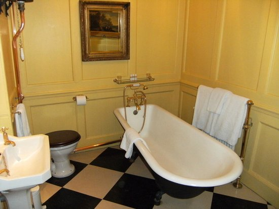 Hazlitt's: lovely roll top bath