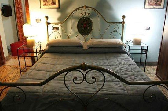 "Hotel Locanda ""La Lanterna"" : Camera matrimoniale"