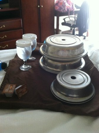 Holiday Inn Charleston Riverview: How room service looks when delivered