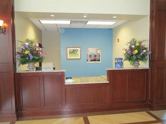 The Carbondale Grand Hotel & Conference Center: Front Desk/Check-in
