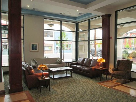 The Carbondale Grand Hotel & Conference Center: Sitting Area in Lobby by Fireplace