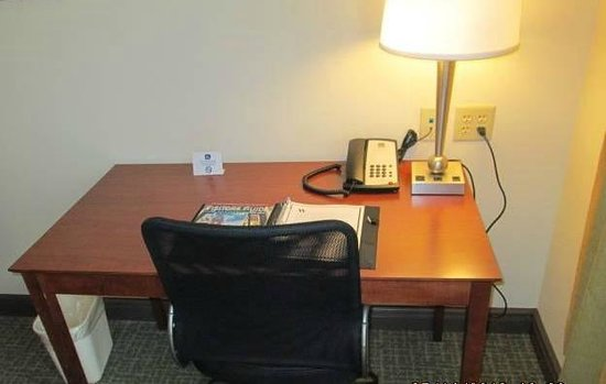 The Carbondale Grand Hotel & Conference Center: Work Desk in Room w/Complimentary WiFi