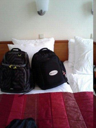 Hotel Aalders: Trip Advisor backpack on bed!!