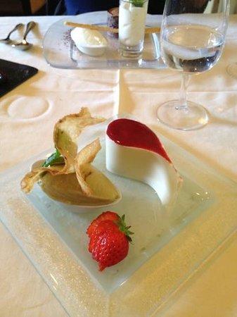 Cafe de Certoux: dessert à la rhubarbe, chocolat blanc, nougat, fruits torréfiés