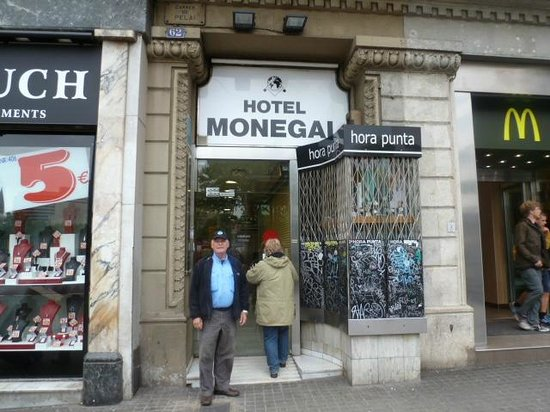 Hotel Medium Monegal: The front of the hotel on a corner of Las Ramblas