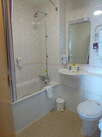 Premier Inn Bracknell Central Hotel: Bathroom