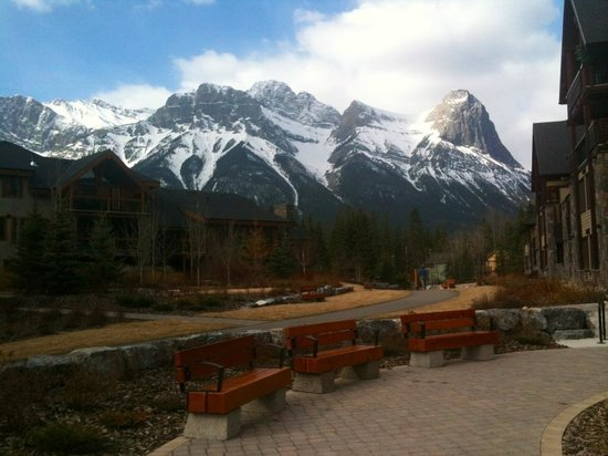 Rundle Cliffs Luxury Mountain Lodge: A view from our back door