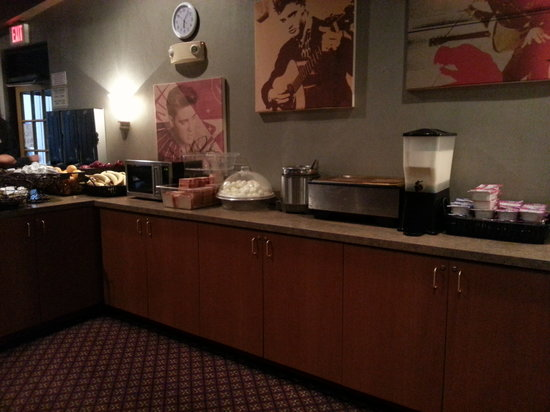 Elvis Presley's Heartbreak Hotel: breakfast spread in Jungle room