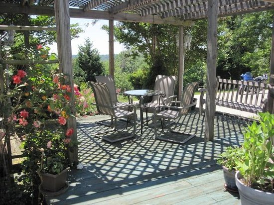 Lavender Heights Bed and Breakfast: Another cool shady spot