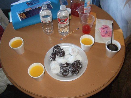 Knights Inn Maingate Kissimmee/Orlando : Es desayuno (mini donas, cafe y jugo de naranja...)