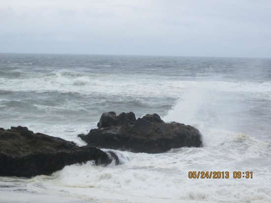 Fireside Motel : The waves crashing on the rocks in front of the hotel