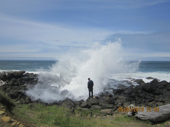 Fireside Motel : My husband in front of the waves crashing by the hotel