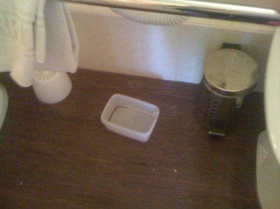 Brit Hotel Marbella: la boîte sous le lavabo