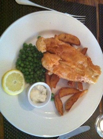Queens Head Hotel Restaurant: my fish and chip , yum!