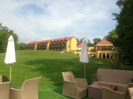 Hotel La Barcarolle : beach area, view on the hotel