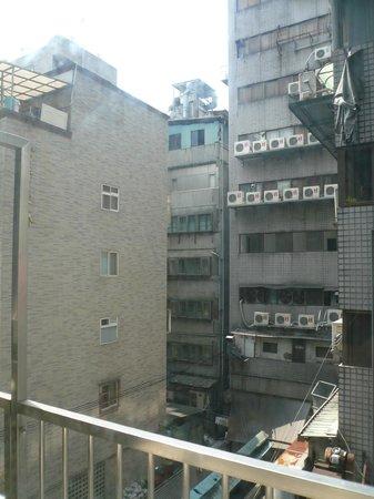 Ginza Hotel: 雑居ビルの裏側はこんな感じ。危険な雰囲気一切無し